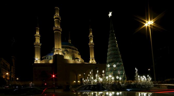 Pohon Natal Raksasa di Depan Masjid Lebanon