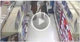 بالفيديو.. تصرف غير أخلاقي من شاب مع فتاة في سوبر ماركت
