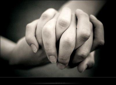 A la calidez de su mano agarrada fuertemente a la mia.
