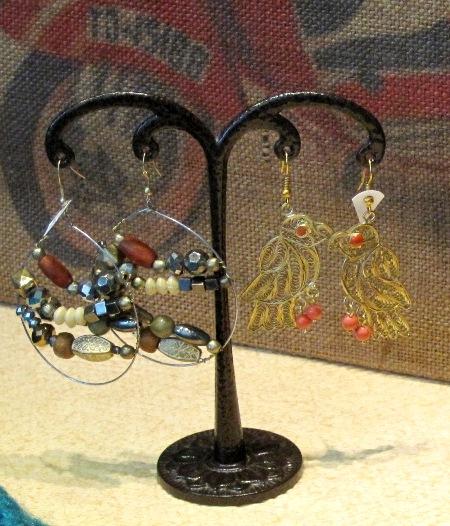 Pendiente metal con cuentas colores y pájaro dorado