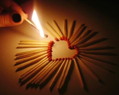 Hjerte af tændstikker, og en flamme