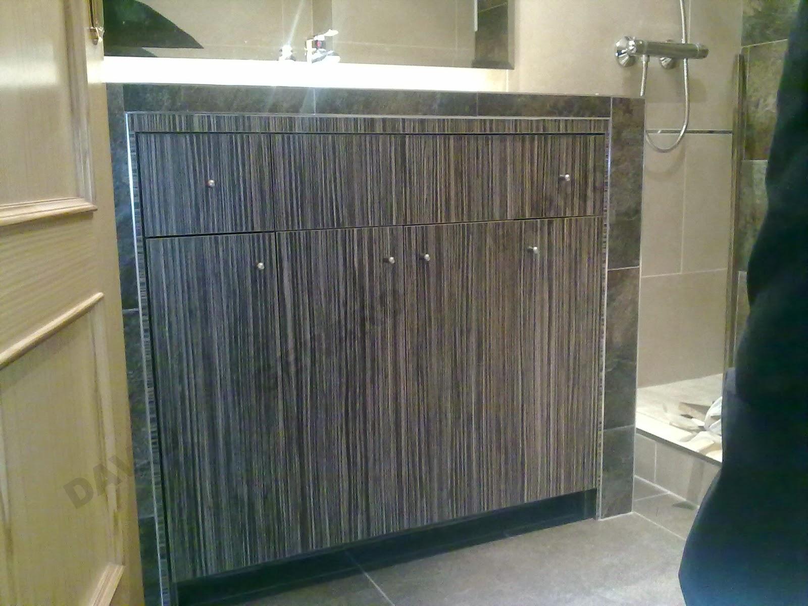 Mueble de baño encastrado en un hueco hecho de obra.