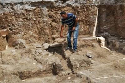 رجل يضع أبناء أخته فى قبر أخته المتوفية لمدة 15 يوم لن تتخيل ماذا حدث لهم ؟!! b26426bc51f3954ccdae