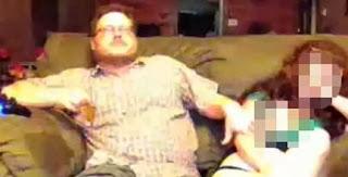 muestra a su mujer desnuda con PlayStation