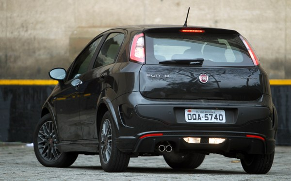 novo Fiat Punto Blackmotion 2014 traseira preto