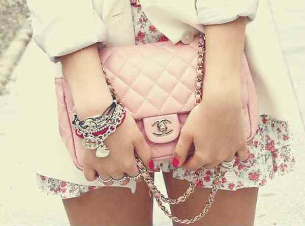 pastelowy róż, torebka chanel, modny dodatek