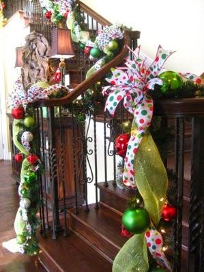 arreglos navideños para decorar las escaleras, arreglos navideos para escaleras, arreglos navideños para tus escaleras, arreglos para las escaleras en navidad, como decorar escaleras en navidad.jpg