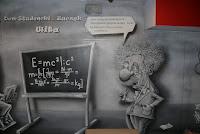 Karykatura Alberta Einsteina namalowanego na ścianie, mural na Politechnice Warszawskiej