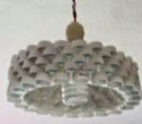 http://manualidadesparaninos.biz/aprende-a-hacer-una-lampara-con-tapones-de-refresco/
