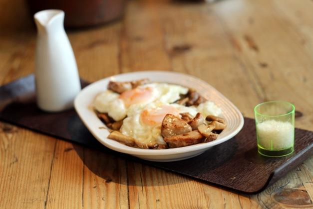Setas silvestres variadas con huevo, foie y cremoso de patata