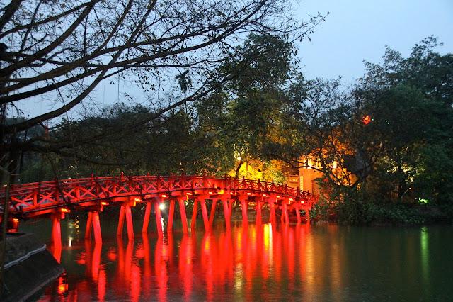 Ponte do lago Hoan Kiem no Vietnã