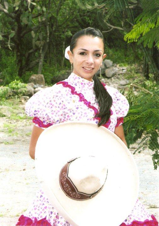 de lado al estilo amazona y luciendo el traje de Adelita o de ranchera mexicana. Las cuales compiten en equipos en busca de alcanzar el reconocimiento.