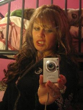 mujer tomandose fotos a si misma al espejo