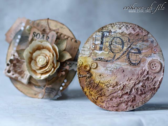 okrągła walentynka, ręcznie robiony kwiat, Ewa Jarlińska, Evik, plaster drewna,  złoty puder do embossingu, ćwiek, magnolia die, tiul, mix media, guziki na kartce, prezent na walentynki