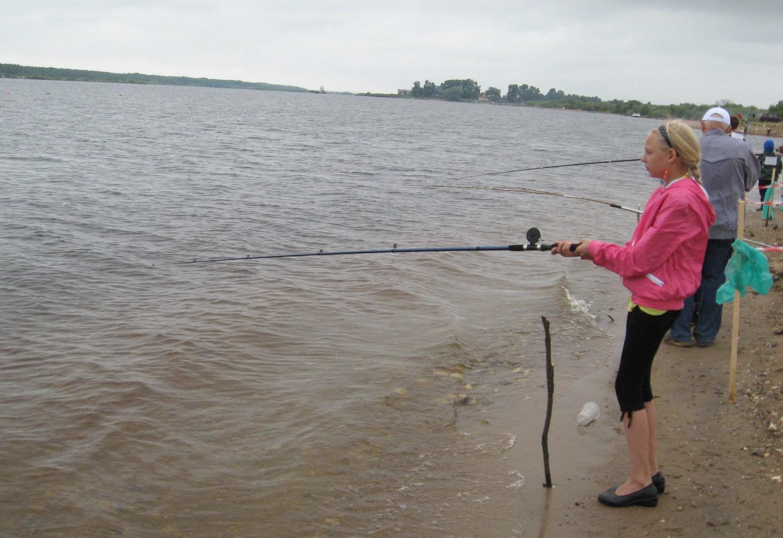 В рыболовных соревнованиях принимают участие и девушки