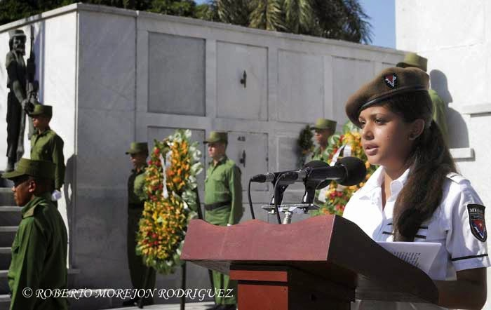 Ana Laura Calle Pérez, nieta de Wilfredo Pérez, piloto del avión de Cubana de Aviación saboteado en Barbados en 1976, interviene durante la conmemoración del Día de las Víctimas del Terrorismo de Estado, realizada ante el Panteón de las Fuerzas Armadas Revolucionarias, en el Cementerio Colón, en La Habana, Cuba, durante el 6 de octubre de 2014.