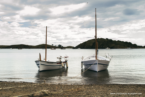 foto barcas amarradas cala Portlligat