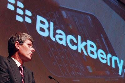 Lo que parecía un hecho, la venta de BlackBerry a Fairfax, ha fracasado. Finalmente, la compañía intentará sobrevivir por sí sola despidiendo a su CEO Thorsten Heins. Lo hará con la ayuda de 1.000 millones de dólares de financiación. La venta de BlackBerry a Fairfax parecía algo casi hecho, pero hoy se ha truncado la operación. Y no sólo por Fairfax, sino porque en un giro de los acontecimientos de última hora (hoy era la fecha clave para la compra) BlackBerry ha decidido buscar financiación y seguir adelante, como ha informadoTechCrunch. Concretamente, ha recibido una inyección de 1.000 millones de