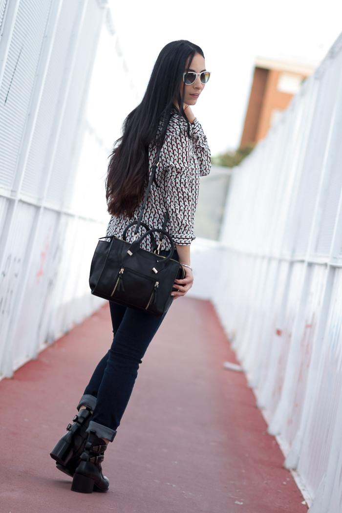 Estilismo parte trasera jeans blusa y botines cómodos de Zara