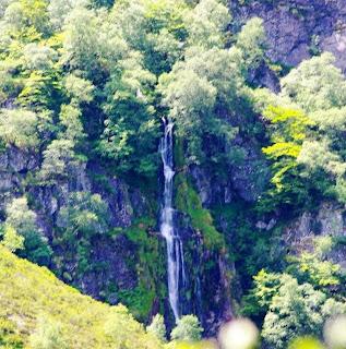 Caso, ruta de la cascada del Mongayu, vista de la cascada desde el sendero