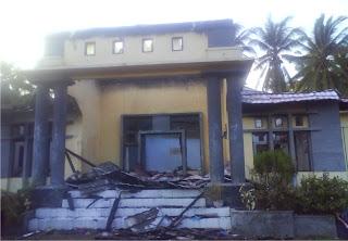 Kantor Camat Dibakar Pelayanan Lumpuh Total