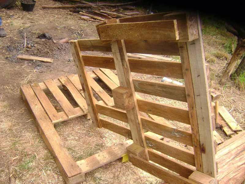 deberemos hacer un corte inclinado en los tacos donde se apoya el respaldo con el asiento para que encajen bien las estructuras