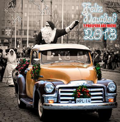 Santa claus saluda a las personas en un desfile público de Navidad