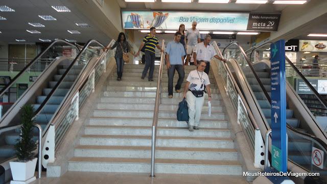 Escadas rolantes no Aeroporto Internacional Hercílio Luz - Florianópolis