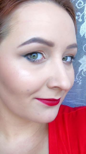 Kobiecy makijaż z akcentem na usta - na przykład na randkę