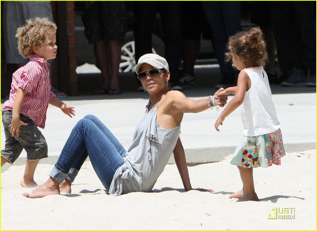 http://1.bp.blogspot.com/-iy2rR-pK2Ys/TcciXw-RtNI/AAAAAAAAL34/VuPQFU8eYmI/s1600/halle-berry-down-the-slide-with-nahla-04.jpg