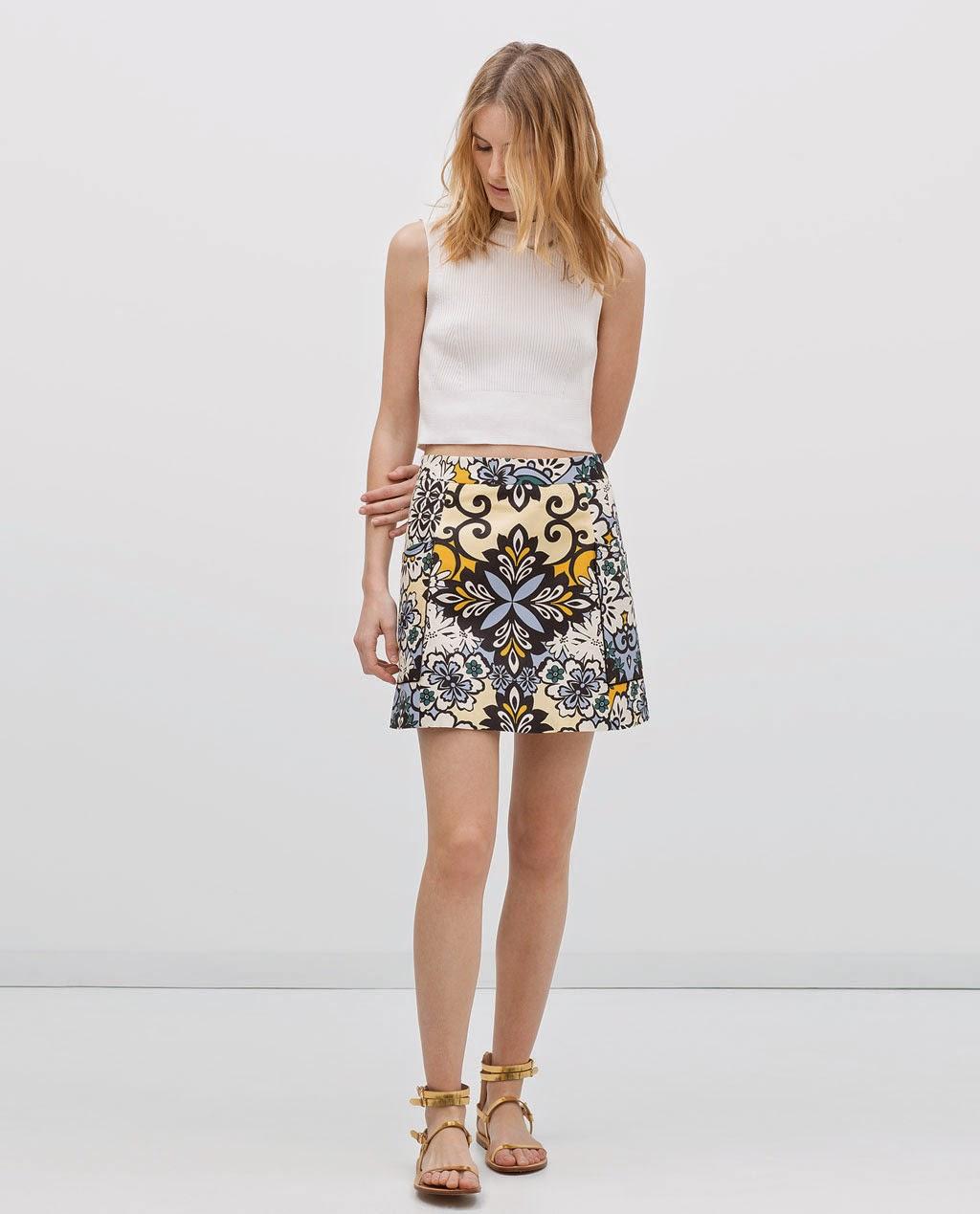 Zara - Minissaia estampada, top branco e sandálias planas laminadas