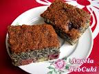 Bögrés mákos sütemény, vaníliás pudinggal és magozott, cukrozott meggyel töltött, kevert tésztás süti.