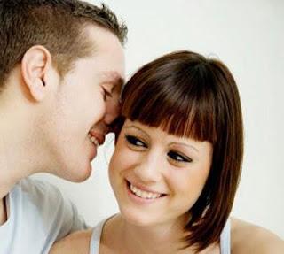 غزل ثلاث أسرار تفضح الحب عند الرجال  - رجل يهمس فى اذن امرأة يخبر سرا يقول غزل - man telling woman secret