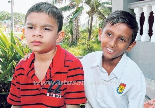 MUHAMMAD Nasvinder Muhammad Amit (kanan) dan Mohd. Izat Iqbal Mohd. Harith yang dihukum secara melampau oleh guru Bahasa Inggeris di SJKC Khai Meng, Sungkai, Perak, baru-baru ini.