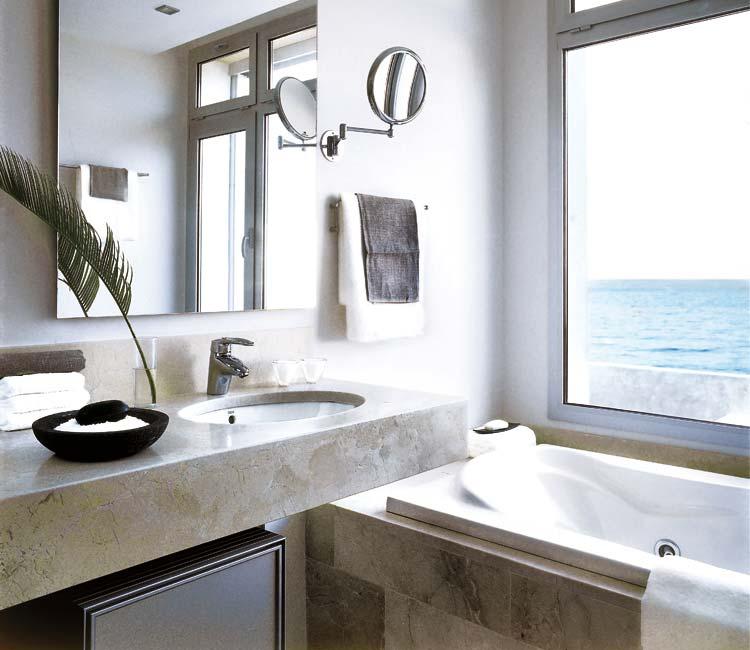 Baños Diseno Blancos:Con una depurada imagen de líneas rectas se ha conseguido un ambiente