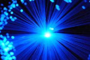 primer plano en tonos azules sobre fondo oscuro de juquete hecho con fibra óptica
