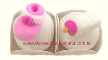 Docinhos fondados decorados com mamadeira, sapatinho e outros itens para chá de bebê