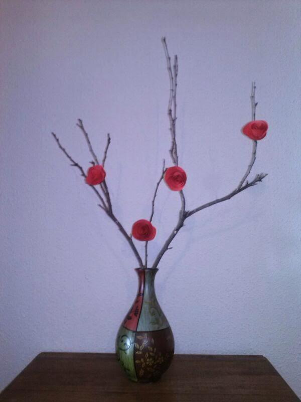 Decorar jarr n con ramas secas y rosas de papel - Como decorar jarrones ...
