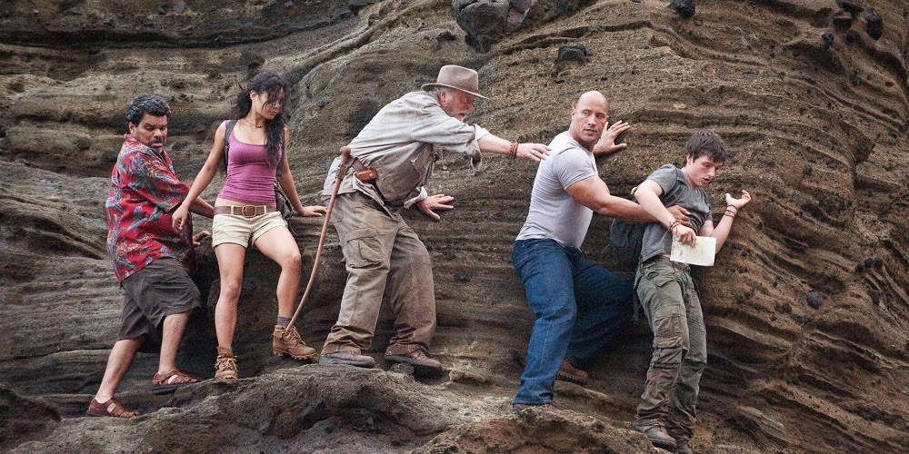 Luis Guzmán, Vanessa Hudges, Michael Caine, Dwayne Johnson e Josh Hutcherson em VIAGEM 2: A ILHA MISTERIOSA (Journey 2: The Mysterious Island)