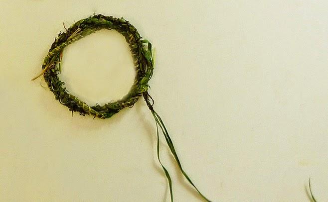 пръстен направен от трева