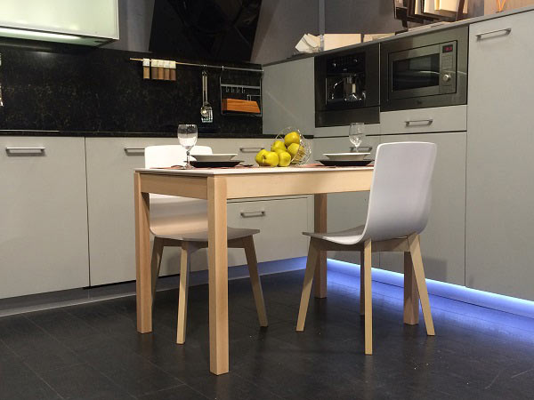 Mesa de comedor o cocina de dise o n rdico mirka con patas for Cocina con comedor diario