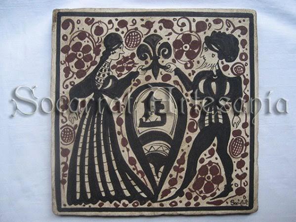 Socarrat con pareja vestida a la moda del siglo XV, pintado con óxido de manganeso y óxido de hierro