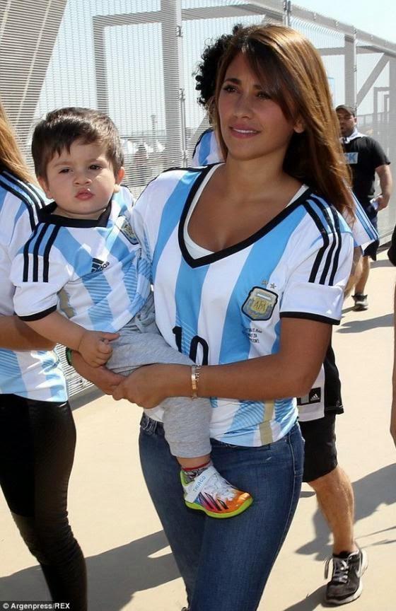 Antonella Roccuzzo, vợ của Lionel Messi (Argentina) mang con đến tận Brazil để cổ vũ.