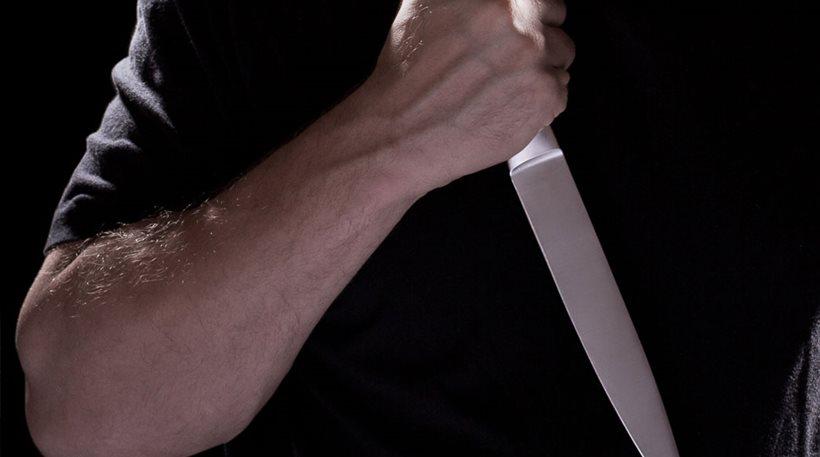 Άγνωστος μαχαίρωσε εν ψυχρώ γυναίκα στην είσοδο του σπιτιού της