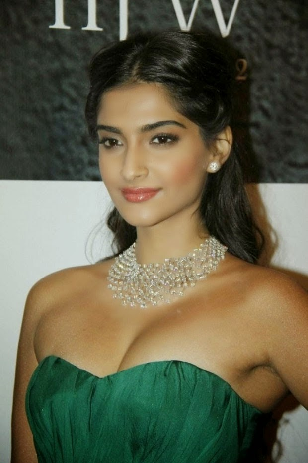 sonam kapoor hot cleavage hd wallpapers