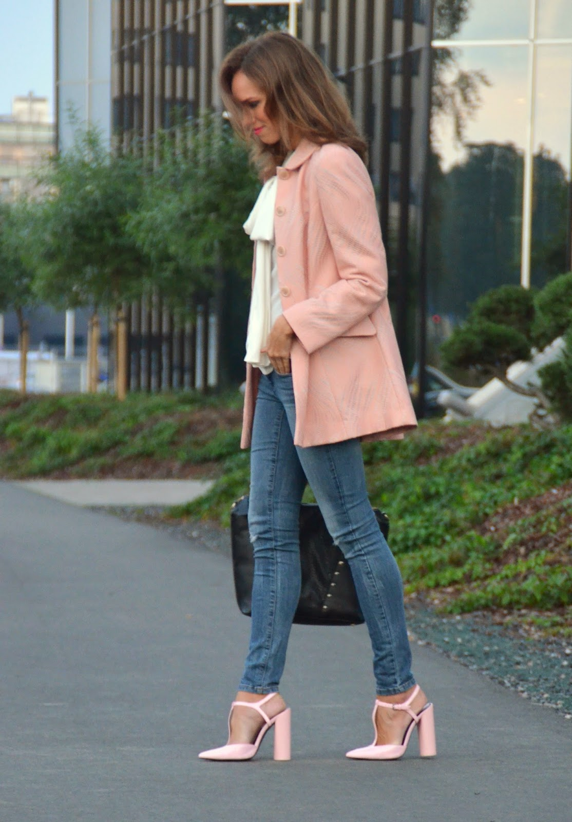 fall-outfit-pink-coat-heels-blue-jeans
