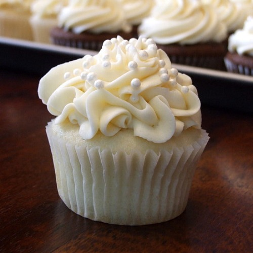 ... White Wedding Cake Cupcakes + Chocolate Buttercream Frosting = Drool