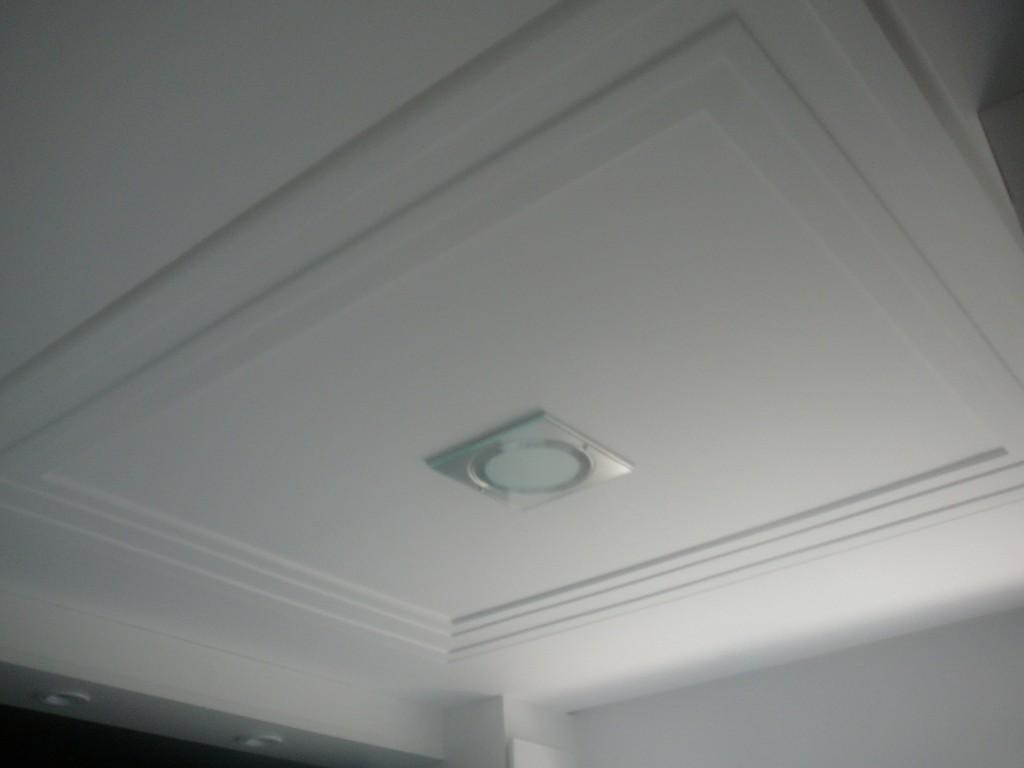 Cortineiro com moldura para esconder os trilhos da cortina. #515958 1024x768 Banheiro Com Moldura De Gesso
