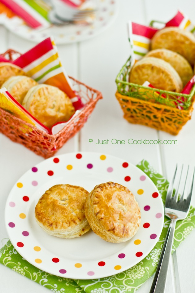 tandoori chicken puffs with spices