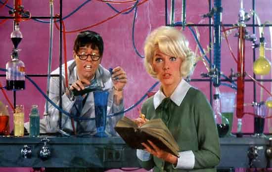 """Jerry Lewis con Stella Stevens en """"El profesor chiflado"""""""